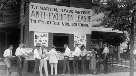 Libri antievoluzionisti del cristiano evangelico T.T. Martin in vendita a Dayton, Tennessee (1925, scena tratta dal processo Scopes). AP
